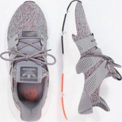 Adidas Originals PROPHERE Tenisówki i Trampki grethr/ftwwht/solred. Szare tenisówki damskie marki adidas Originals, z materiału. W wyprzedaży za 384,30 zł.