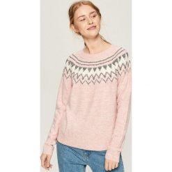 Sweter z geometrycznym wzorem - Różowy. Czerwone swetry klasyczne damskie Sinsay, l. Za 49,99 zł.