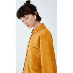 Sztruksowa koszula z kieszenią. Brązowe koszule damskie Pull&Bear, ze sztruksu, z długim rękawem. Za 99,90 zł.