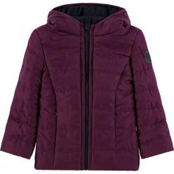 Dwustronna kurtka w kolorze fioletowym. Białe kurtki dziewczęce zimowe marki Marc O'Polo Junior, z nadrukiem, z okrągłym kołnierzem, z długim rękawem. W wyprzedaży za 162,95 zł.