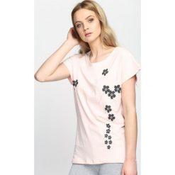 Różowy T-shirt Getting Over. Czerwone bluzki damskie marki Born2be, l. Za 49,99 zł.