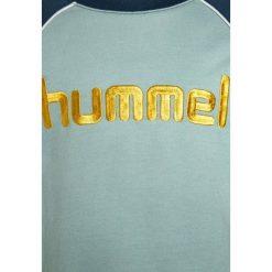 Hummel HILL CREWNECK Bluza blue wing teal. Niebieskie bluzy chłopięce marki Hummel, z bawełny. Za 169,00 zł.