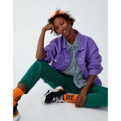 Koszula w paski z krótkim rękawem. Zielone koszule wiązane damskie Pull&Bear, w paski, z krótkim rękawem. Za 59,90 zł.