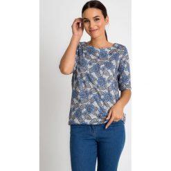 Szara bluzka w geometryczne kwiaty QUIOSQUE. Szare bluzki asymetryczne QUIOSQUE, w geometryczne wzory, z dzianiny, biznesowe, z długim rękawem. W wyprzedaży za 69,99 zł.