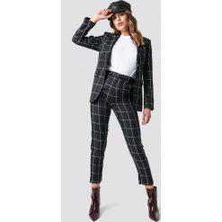 NA-KD Trend Spodnie garniturowe w kratkę - Black. Czarne spodnie z wysokim stanem NA-KD Trend, w kratkę. Za 202,95 zł.