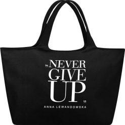 Torba uniwersalna Anna Lewandowska Never Give Up czarna. Czarne torebki klasyczne damskie Healthy Plan by Ann, z nadrukiem, z bawełny, z nadrukiem. Za 139,00 zł.