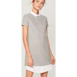 Sukienka z koszulowymi wstawkami - Szary. Szare sukienki z falbanami marki Mohito, z koszulowym kołnierzykiem, koszulowe. W wyprzedaży za 99,99 zł.