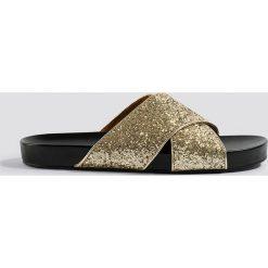 NA-KD Shoes Brokatowe klapki - Gold. Szare chodaki damskie NA-KD Shoes, w paski. Za 100,95 zł.