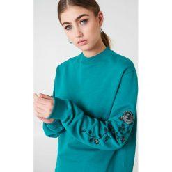 NA-KD Bluza z wyszywanymi różami na rękawach - Green,Turquoise. Zielone długie bluzy damskie marki NA-KD. W wyprzedaży za 80,37 zł.