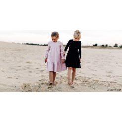 Różowa sukienka oversize. Czerwone sukienki dziewczęce marki Pakamera, z dresówki. Za 94,00 zł.