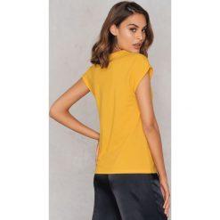 Rut&Circle Klasyczny T-shirt Ellen - Yellow. Zielone t-shirty damskie marki Rut&Circle, z dzianiny, z okrągłym kołnierzem. Za 80,95 zł.