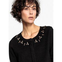 Kardigany damskie: Sweter z biżuteryjnym zdobieniem