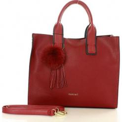 MONNARI Klasyczna torebka kuferek burgundowy. Czerwone kuferki damskie Monnari, w paski, ze skóry ekologicznej, z pomponami. Za 159,00 zł.