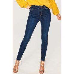 Jeansy z wysokim stanem - Granatowy. Niebieskie spodnie z wysokim stanem marki Reserved, z jeansu. Za 99,99 zł.