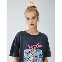 Koszulka Barbie z nadrukiem z przodu. Szare t-shirty damskie marki Pull&Bear, z nadrukiem. Za 59,90 zł.