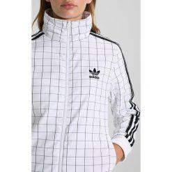 Adidas Originals TRACK Kurtka sportowa white. Szare kurtki sportowe damskie marki adidas Originals, na co dzień, z nadrukiem, z bawełny, casualowe, z okrągłym kołnierzem, proste. W wyprzedaży za 341,10 zł.