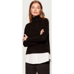 Sweter z koszulową wstawką - Czarny. Czarne swetry klasyczne damskie marki Mohito, l, z koszulowym kołnierzykiem. Za 129,99 zł.