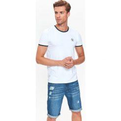 T-SHIRT MĘSKI Z KONTRASTOWYMI LAMÓWKAMI. Szare t-shirty męskie Top Secret, na jesień, m, z bawełny, z kontrastowym kołnierzykiem. Za 19,99 zł.