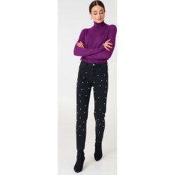 NA-KD Spodnie jeansowe z perłami - Black. Czarne spodnie z wysokim stanem marki NA-KD, z jeansu. W wyprzedaży za 48,59 zł.