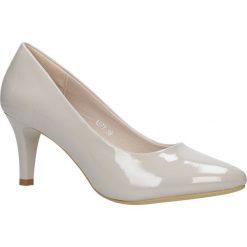 Beżowe czółenka lakierowane na niskim obcasie Sergio Leone 1377. Brązowe buty ślubne damskie Sergio Leone, z lakierowanej skóry, na niskim obcasie. Za 88,99 zł.