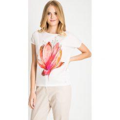 Bluzki damskie: Biała bluzka z dużym kwiatem QUIOSQUE
