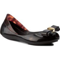 Baleriny MELISSA - Mel Queen III Inf 31879 Black/Tortoise 31879. Szare baleriny damskie z kokardą marki Melissa, z gumy. W wyprzedaży za 149,00 zł.