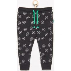 Spodnie dresowe we wzory - Czarny. Czarne chinosy chłopięce Reserved, z dresówki. Za 24,99 zł.