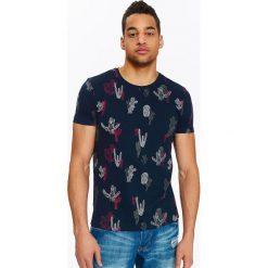T-SHIRT MĘSKI Z NADRUKIEM. Szare t-shirty męskie z nadrukiem Top Secret, na lato, m, z klasycznym kołnierzykiem. Za 34,99 zł.