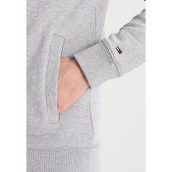 Tommy Jeans ESSENTIAL GRAPHIC TRACK Bluza rozpinana light grey heather. Szare bluzy męskie rozpinane marki Tommy Jeans, m, z bawełny. W wyprzedaży za 381,65 zł.