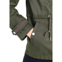 Tommy Jeans SHORT Kurtka wiosenna grape leaf. Zielone kurtki damskie jeansowe marki Tommy Jeans, m. W wyprzedaży za 561,75 zł.