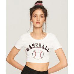 Krótki t-shirt z nadrukiem - Biały. Białe t-shirty damskie marki Reserved, l, z nadrukiem. W wyprzedaży za 14,99 zł.