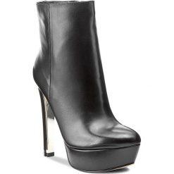 Botki GUESS - Ecker FLECK3 LEA10 BLACK. Czarne buty zimowe damskie marki Guess, z materiału. W wyprzedaży za 539,00 zł.