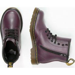Dr. Martens DELANEY  Botki sznurowane purple. Fioletowe buty zimowe damskie Dr. Martens, z materiału, na sznurówki. W wyprzedaży za 335,20 zł.
