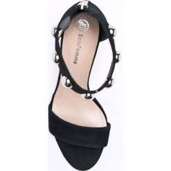 Solo Femme - Sandały. Białe sandały damskie marki Solo Femme, z materiału, na obcasie. W wyprzedaży za 219,90 zł.