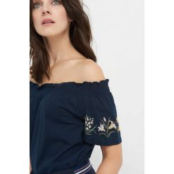 Koszulka z kwiatowym nadrukiem. Niebieskie t-shirty damskie Orsay, s, z haftami, z bawełny, z kołnierzem typu carmen, z krótkim rękawem. W wyprzedaży za 40,00 zł.