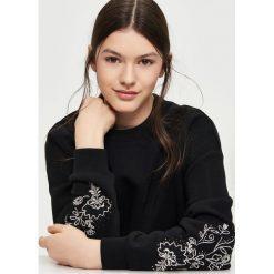Bluzy rozpinane damskie: Bluza z haftami na rękawach - Czarny
