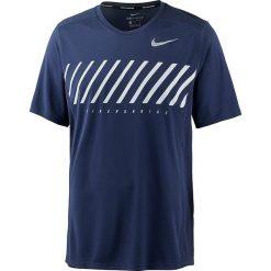 Koszulka w kolorze granatowym do biegania. Niebieskie koszulki do biegania męskie marki Nike Performance, m, z nadrukiem, z okrągłym kołnierzem. W wyprzedaży za 79,95 zł.