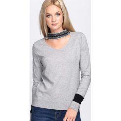 Szary Sweter Striking Up. Szare swetry klasyczne damskie Born2be, l, z dzianiny, z chokerem. Za 59,99 zł.