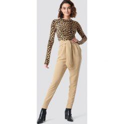Spodnie damskie: NA-KD Eleganckie spodnie z wiązaniem - Beige