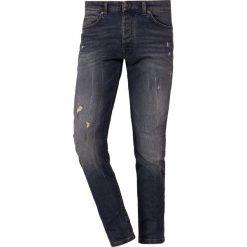 DRYKORN JAZ Jeans Skinny Fit blue. Niebieskie rurki męskie marki DRYKORN, m, z dekoltem karo. Za 629,00 zł.