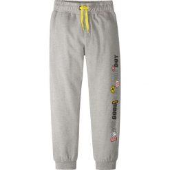 Spodnie dresowe z nadrukiem bonprix szary melanż. Szare dresy chłopięce bonprix, melanż, z dresówki. Za 32,99 zł.