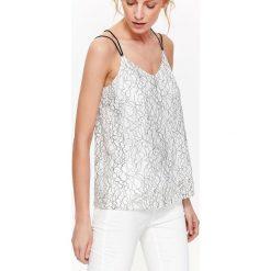 KORONKOWA BLUZKA NA CIENKIE RAMIĄCZKA. Szare bluzki wizytowe marki Top Secret, w ażurowe wzory. Za 39,99 zł.