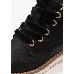 Hip Botki sznurowane black. Czarne buty zimowe damskie marki Hip, z materiału, na sznurówki. W wyprzedaży za 230,45 zł.