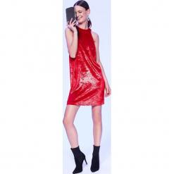 CZERWONA SUKIENKA NA IMPREZĘ, Z WELURU Z POŁYSKIEM. Czerwone sukienki balowe marki Top Secret, na imprezę, na lato, z weluru. Za 159,99 zł.