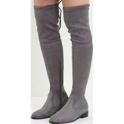Szare Kozaki Lady In Grey. Szare buty zimowe damskie Born2be, z materiału, z okrągłym noskiem, przed kolano, na wysokim obcasie, na płaskiej podeszwie. Za 129,99 zł.
