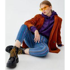 Jeansy mom fit w paski. Niebieskie jeansy damskie relaxed fit marki Pull&Bear. Za 79,90 zł.