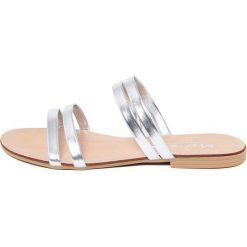 Chodaki damskie: Skórzane klapki w kolorze srebrnym