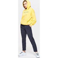 Bluzy rozpinane damskie: Bluza z napisem typu hoodie - Żółty