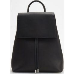 Plecak w minimalistycznym stylu - Czarny. Czarne plecaki damskie Reserved. Za 349,99 zł.
