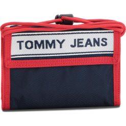 Duży Portfel Męski TOMMY JEANS - Tj Logo Tape Crossov AU0AU00258 901. Niebieskie portfele męskie marki Tommy Jeans, z jeansu. W wyprzedaży za 139,00 zł.